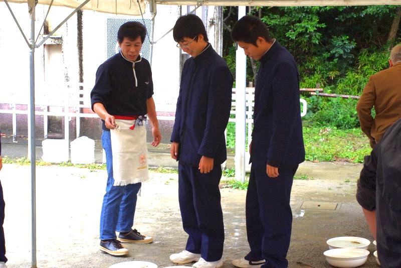 宇和島水産の生徒さんと土佐錦魚保存協会会長さん(左)